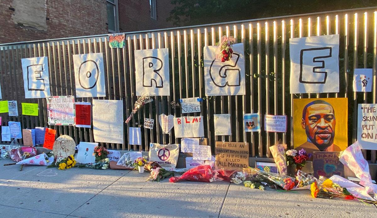 Um memorial improvisado para George Floyd, que foi morto após ser detido pela polícia, montado em Harlem, Nova York.
