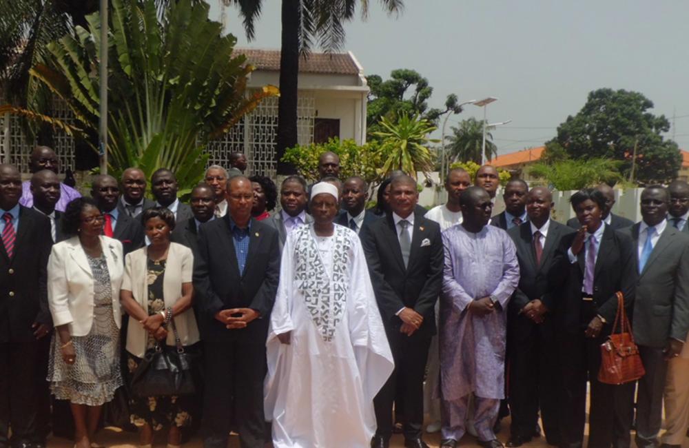 Junho. Foto de grupo após a tomada de posse do novo Governo de Transição.