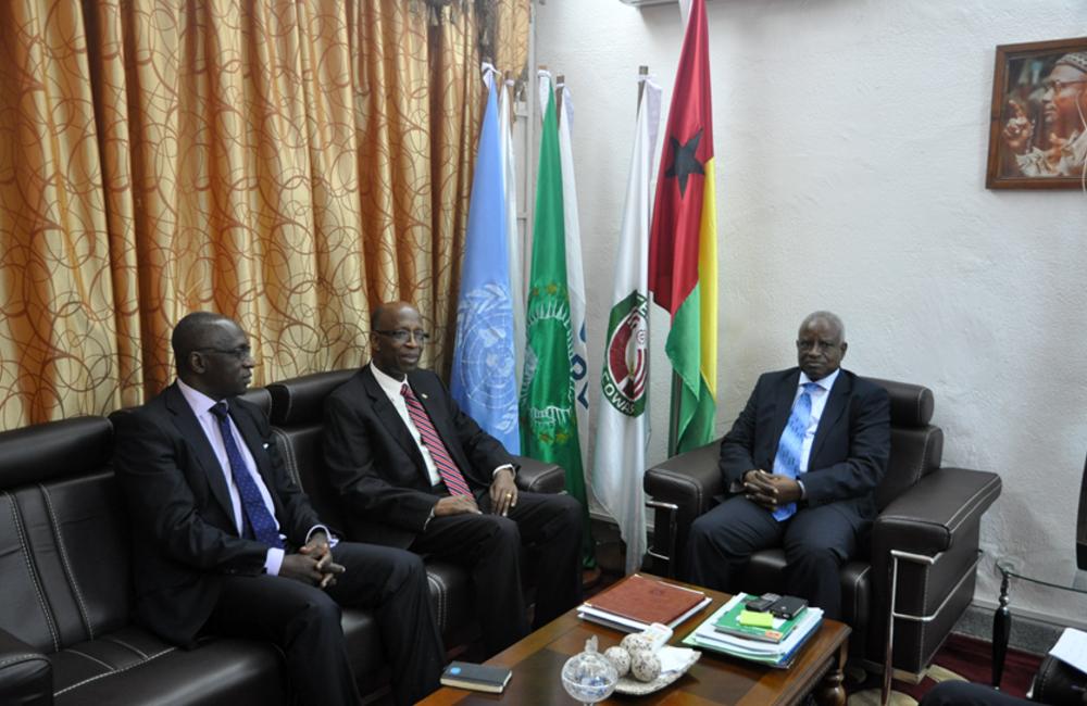 Outubro. RESG Joseph Mutaboba e DSRSG Gana Fofang encontram-se com o presidente de transição Serifo Nhamadjo
